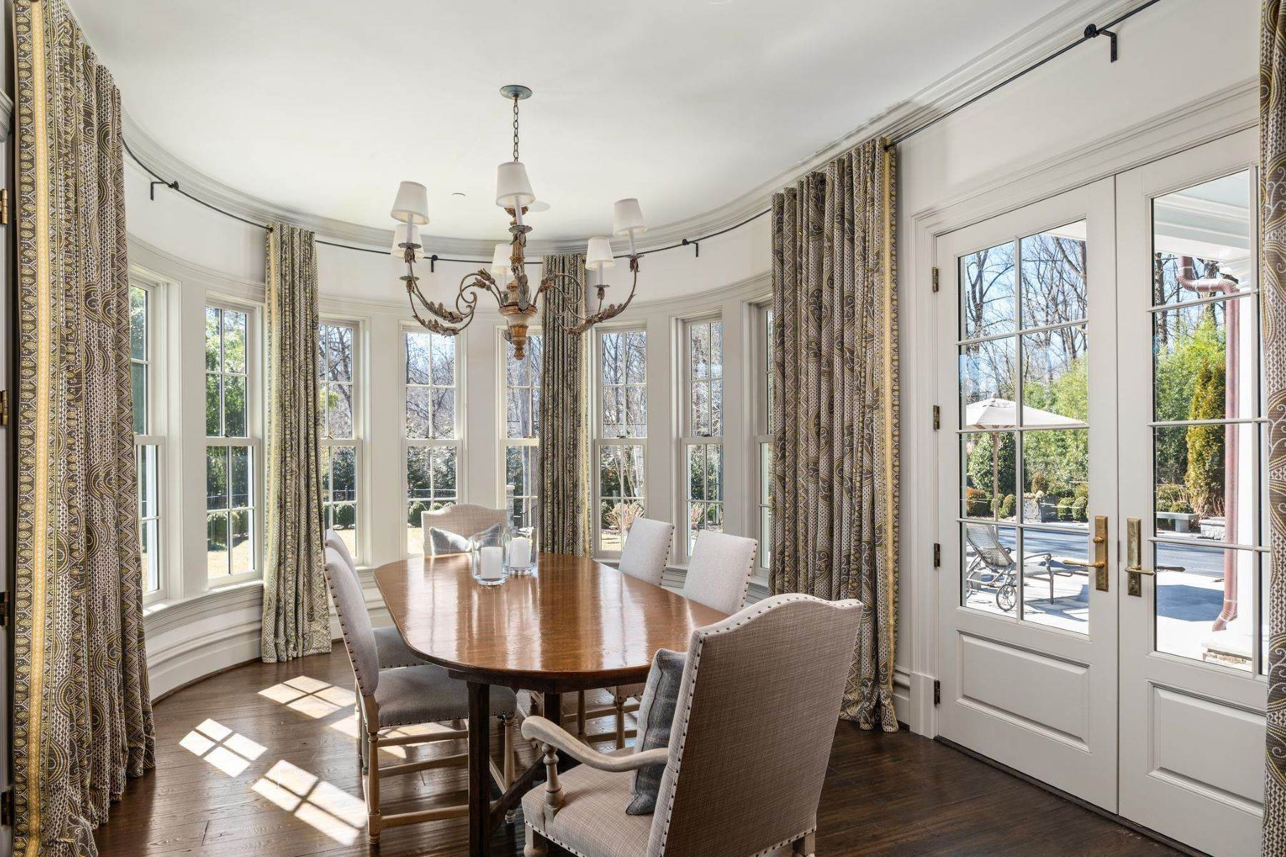 19. Single Family Homes for Sale at 6 Burning Tree Ct Bethesda, Maryland 20817 United States
